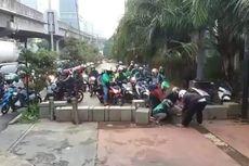 Lalu Lintas Macet, Pengendara Motor Kerap Bongkar Beton Trotoar TPU Menteng Pulo