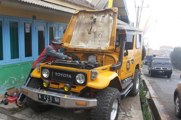 Musribut, salah seorang warga Ngadisari tampak sedang memperbaiki mobil Toyota Land Cruiser Hardtop miliknya. Ngadisari adalah salah satu desa yang berada di kawasan Gunung Bromo, Probolinggo.
