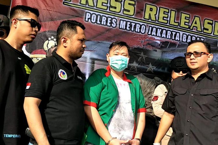 Artis komedi Reza Bukan saat perilisan perkara narkotika di Polres Metro Jakarta Barat, Slipi, Jakarta Barat, Minggu (1/7/2018).