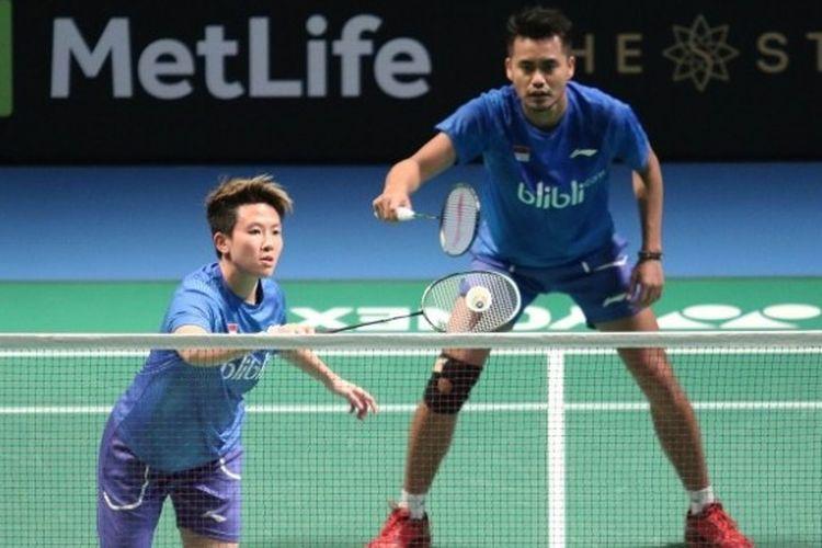 Pasangan ganda campuran Indonesia, Tontowi Ahmad/Liliyana Natsir, mengembalikan kok ke arah Tan Kian Mei/Lai Pei Jing (Malaysia), pada babak pertama Australia Terbuka yang berlangsung di Sydney Olympic Park Sport Centre, Rabu (21/6/2017).