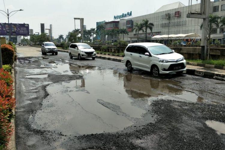 Tampak Jalan KH. Noer Ali, Bekasi Barat, Kota Bekasi rusak parah, Jumat (8/2/2019).