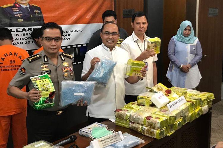 Direktur Tindak Pidana (Dittipid) Narkoba Bareskrim Polri Brigjen (Pol) Eko Daniyanto (tengah) saat konferensi pers di Gedung Bareskrim Polri, Jakarta Selatan, Selasa (18/6/2019).