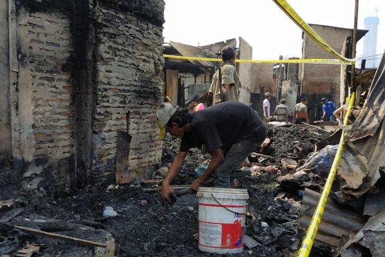 Wardi, salah satu pemulung di Kebon Kacang, Tanah Abang yang tengah mengais rezeki kumpulkan puing bekas kebakaran, Senin (1/7/2019).