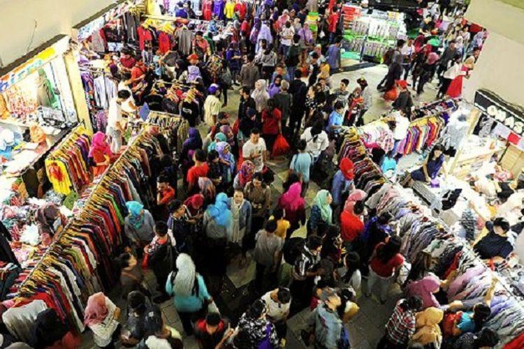 Pengunjung memadati kawasan pusat grosir Pasar Tanah Abang, Jakarta Pusat, Minggu beberapa waktu lalu. Warga memanfaatkan hari libur untuk berbelanja berbagai kebutuhan satu minggu menjelang Idul Fitri.