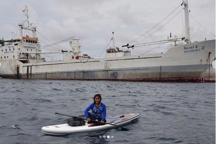 Menteri Susi saat paddling di depan kapal Silver Sea 2 di Aceh