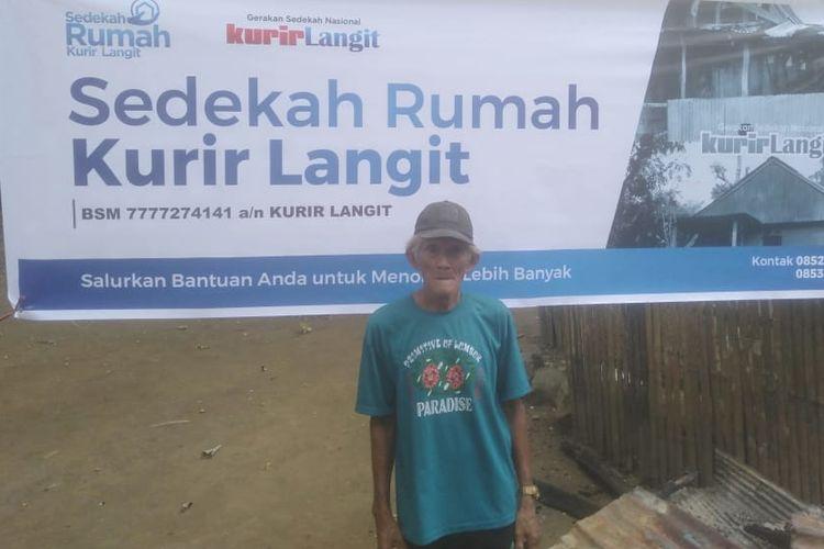 Arsyad menerima bantuan pembangunan rumah gratis