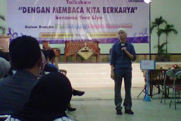 Penulis buku, Tere Liye, sedang memberi materi kepada peserta guru di Kota Magelang, Senin (25/11/2013).