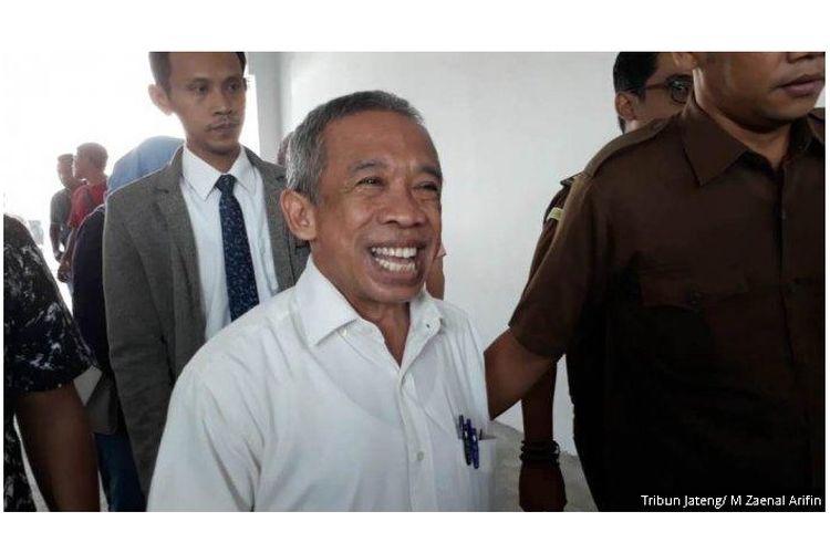 Mantan pelawak era 1990-an, Nurul Qomar, dibawa petugas Kejaksaan Negeri (Kejari) Brebes untuk pemeriksaan usai dilakukan pelimpahan tahap II dari Polres Brebes, Rabu (26/6/2019).
