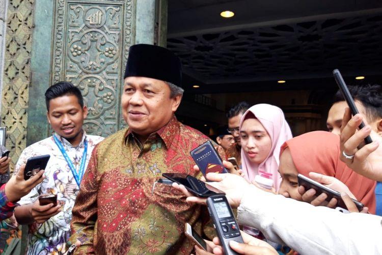 Gubernur Bank Indonesia Perry Warjiyo ketika memberikan paparan kepada awak media di depan Masjid BI, Jumat (28/12/2018).