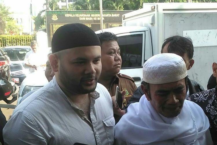 Ridho Rhoma didampingi Rhoma Irama tiba di Kejaksaan Negeri Jakarta Barat, Kembangan, Jumat (12/7/2019).
