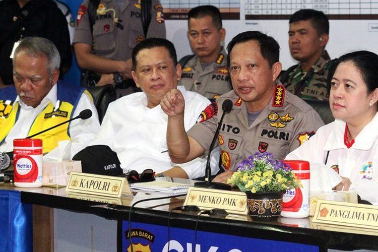 Kapolri Jenderal Pol Tito Karnavian (kedua kanan) memberikan pemaparan, didampingi Menko Bidang Pembangunan Manusia dan Kebudayaan Puan Maharani (kanan), Menteri PUPR Basuki Hadimuljono (kiri) dan Ketua DPR Bambang Soesatyo (kedua kiri) saat melakukan pemantauan arus mudik di Posko Terpadu Cikopo, Purwakarta, Jawa Barat, Minggu (10/6/2018). Pemantauan sekaligus percakapan jarak jauh melalui sambungan satelit tersebut guna memastikan kepada masyarakat bahwa arus mudik 2018 di wilayah Jawa Barat berjalan lancar, aman, dan nyaman.