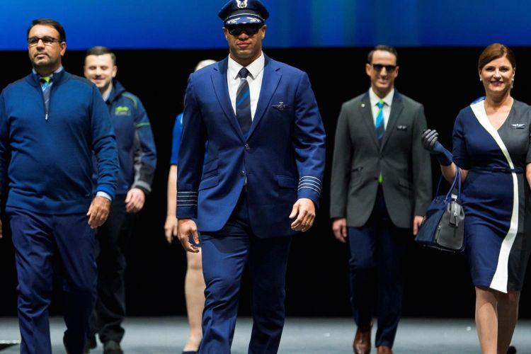 Seragam pilot dan para karyawan Alaska Airlines hasil karya perancang Luly Yang, digelar dalam peragaan busana di dalam hanggar di Seattle, Amerika Serikat.
