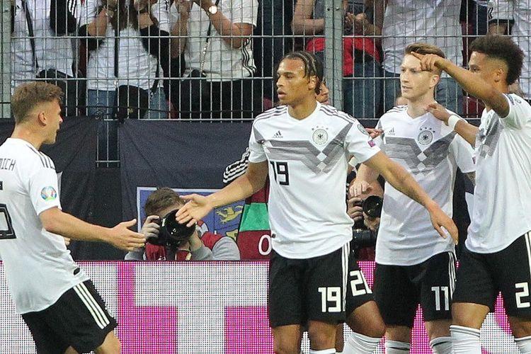 Joshua Kimmich, Leroy Sane, dan Serge Gnabry merayakan gol Marco Reus pada pertandingan Jerman vs Estonia dalam lanjutan kualifikasi Euro 2020 di Mainz, 11 Juni 2019.