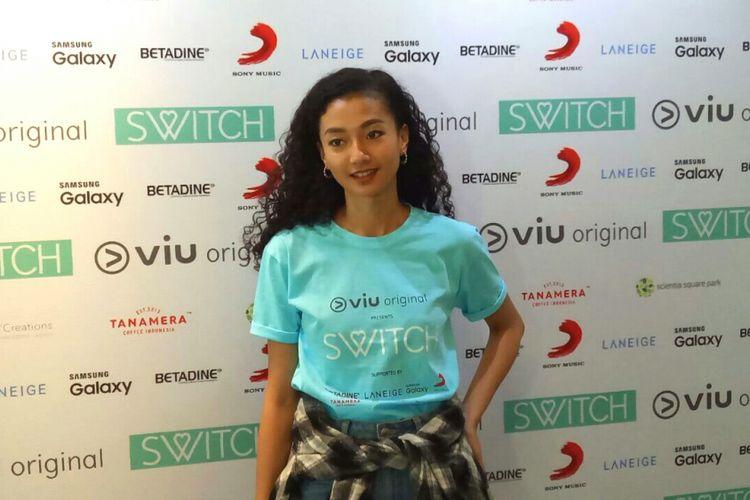 Artis peran yang juga model Tatyana Akman saat diabadikan di Scientia Square Park, Tangerang, Banten, Senin (17/7/2017).