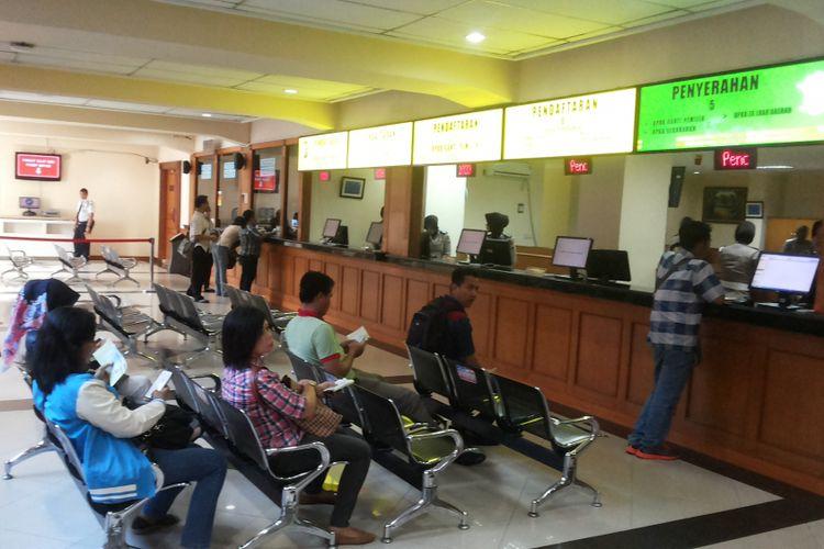Suasana di ruang pelayanan pengurusan Buku Pemilikan Kendaraan Bermotor (BPKB) di Direktorat Lalu Lintas Mapolda Metro Jaya, Jakarta, Senin (13/11/2017)