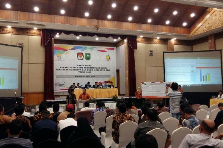 Proses rekapitulasi penghitungan suara pemilihan gubernur dan wakil gubernur Riau di Pekanbaru, Minggu (8/7/2018).