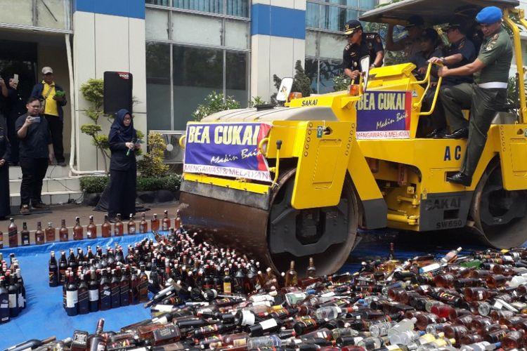 Ribuan botol minuman keras ilegal dimusnahkan di Kantor Bea Cukai Marunda, Jakarta Utara, Selasa (2/10/2018).