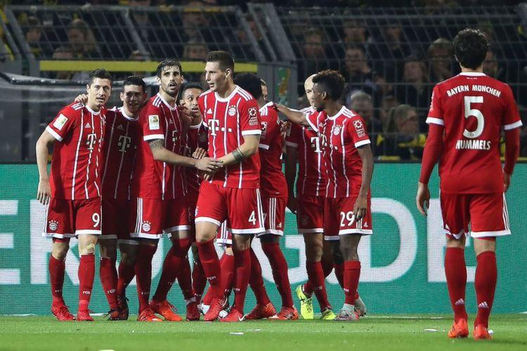 Para pemain Bayern Muenchen merayakan gol di hadapan puluhan ribu suporter Borussia Dortmund di Signal Iduna Park, Sabtu (4/11/2017).