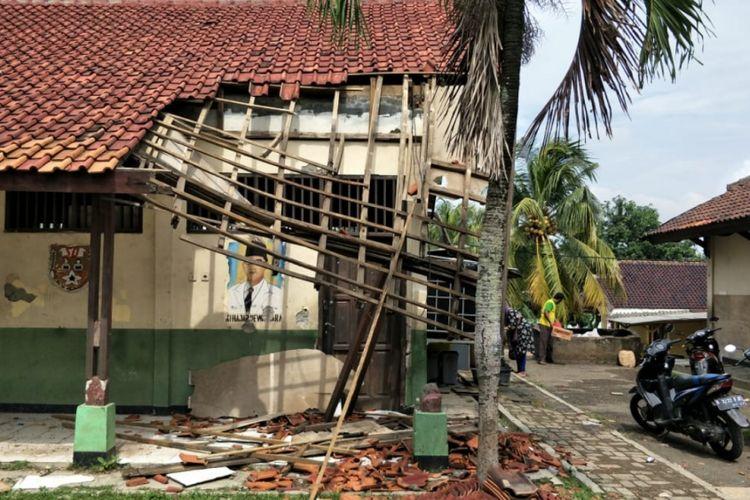 Tampak atap dua ruangan kelas di SDN 01 Cicau, Kecamatan Cikarang Pusat, Kabupaten Bekasi roboh pada Sabtu (2/2/2019).