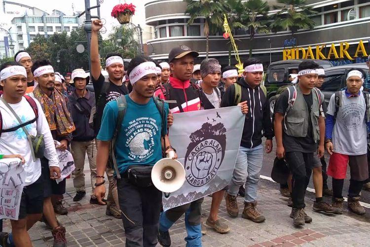 Sebanyak 25 aktivis lingkungan dari Aliansi Cagar Alam Jawa Barat, menggelar longmarch dari Bandung menuju Kementerian Lingkungan Hidup, Jakarta, Minggu (3/3/2019). Longmarch tersebut merupakan aksi lanjutan dari penolakan para aktivis lingkungan  terhadap SK 25/MENLHK/SETJEN/PLA2/1/2018 tertanggal 10 Januari 2018.