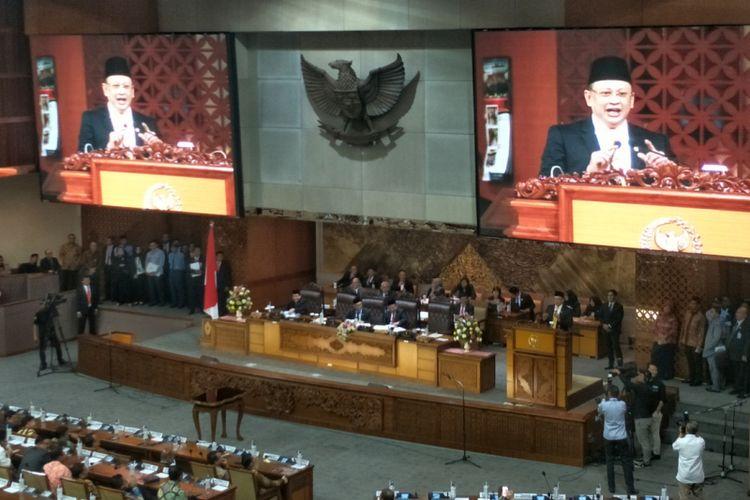 Politisi Partai Golkar Bambang Soesatyo resmi dilantik sebagai Ketua DPR menggantikan Setya Novanto dalam rapat paripurna DPR di Kompleks Parlemen, Senayan, Jakarta, Senin (15/1/2018). Saat memberikan pidato sambutannya sebagai Ketua DPR, Bambang mengungkapkan tekadnya untuk mewujudkan DPR sebagai lembaga perwakilan yang representatif, harmonis dan produktif. (KOMPAS.com/KRISTIAN ERDIANTO)