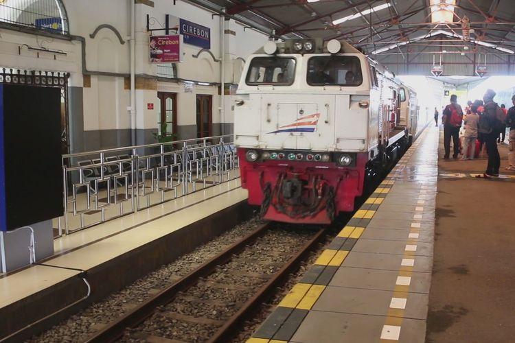 Sejumlah penumpang menunggu Kereta Api Sawunggalih dari Stasiun Cirebon menuju Stasiun Pasar Senen, Sabtu (18/5/2019). Pada masa angkutan lebaran tahun 2019, PT KAI Daop III Cirebon menambah sebanyak 4.7 persen kuota tempat duduk dari tahun lalu.