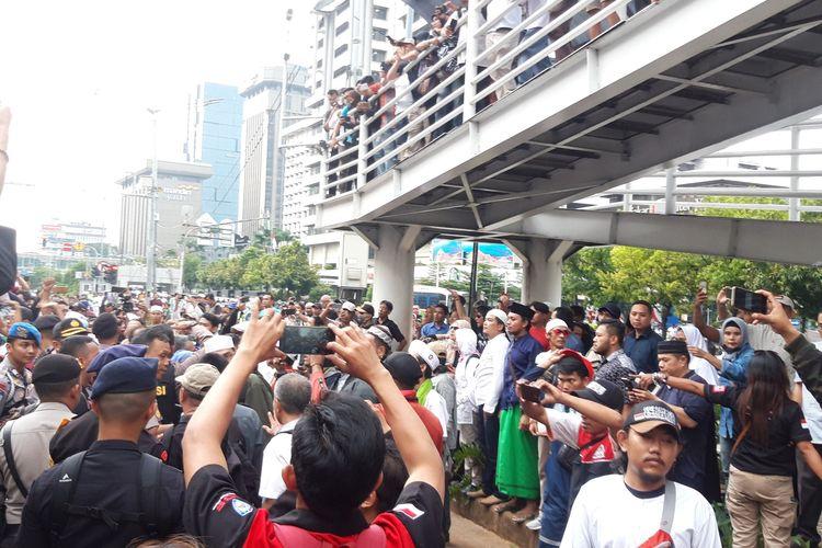 Massa Aliansi Santri Indonesia terlibat adu mulut dengan massa gabungan GNPF, FPI, dan LPI di depan Bawaslu RI, Jumat (10/5/2019)