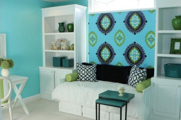 Ketiga, cobalah menyapukan satu warna cat pada sebagian kecil dinding Anda yang sudah berwarna putih. Dengan cara ini, Anda bisa menilai apakah warna sampel tersebut cocok dengan ruangan Anda.