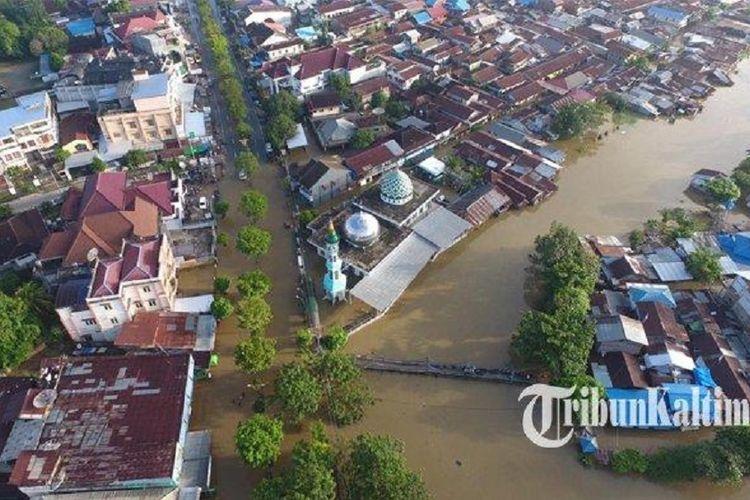 Pemandangan dari udara suasana banjir yang masih terjadi di kawasan Jalan dr Soetomo, Samarinda, Senin (10/6/2019).