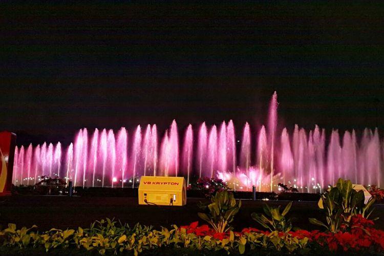 Air mancur menari atau Jakarta Monas Fountain di Monas, Sabtu (12/8/2017) malam.