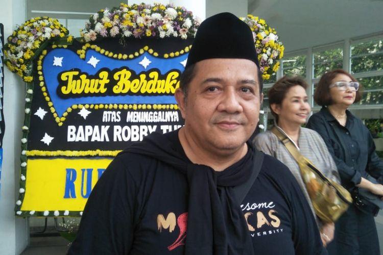 Artis peran Harry de Fretes saat ditemui di rumah duka tempat jenazah Robby disemayamkan di Rumah Duka Oasis Lestari, Janteke, Bitung, Tangerang, Banten, Senin (14/1/2019).