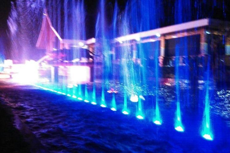 Air mancur menari yang baru di Taman Pesanggrahan Padjadjaran Komplek Alun-alun Kabupaten Purwakarta dilihat saat malam hari. Bupati Purwakarta Dedi Mulyadi meresmikan air mancur itu pada Sabtu (12/8/2017) malam.