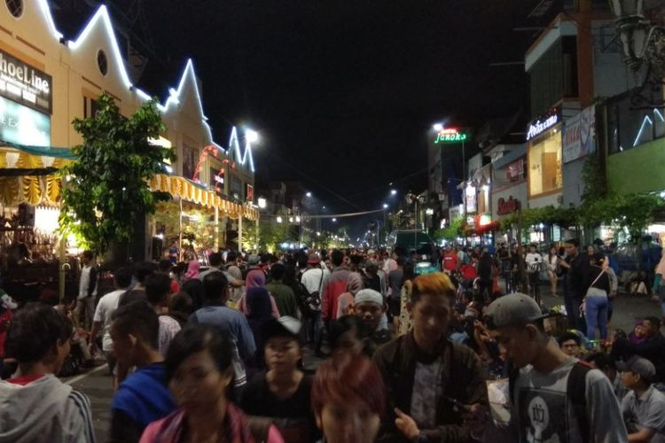 Warga melewati pergantian tahun di kawasan Malioboro, Yogyakarta, Minggu (31/12/2017).