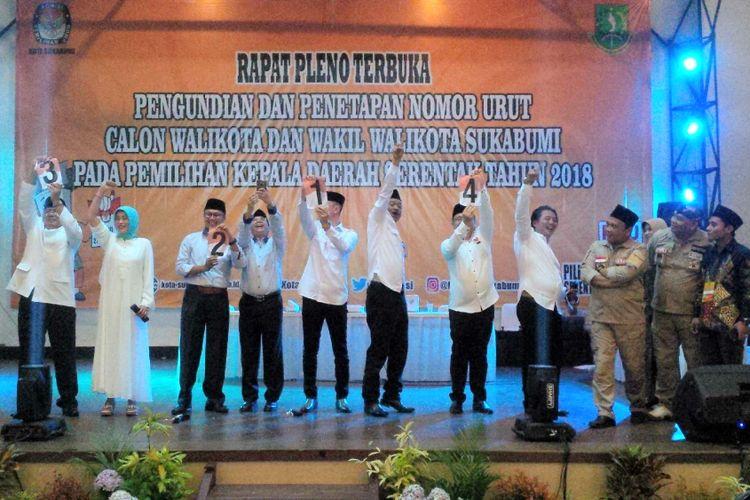 Empat pasangan calon Pilkada Kota Sukabumi memperlihatkan nomor urut masing-masing saat rapat pleno terbuka di Gedung Juang, Kota Sukabumi, Jawa Barat, Selasa (13/2/2018).