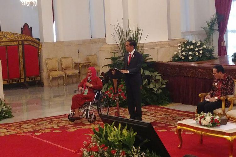 Presiden Joko Widodo bersama pengidap tumor ganas Nurlia, di Istana, Rabu (23/5/2018).