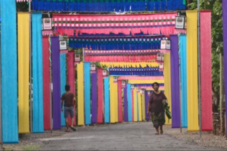 Suasana jalan lingkungan di Dusun Krajan desa Melis Kecamatan Gandusari Trenggalek, dengan hiasan kain aneka warna, Rabu (13/06/2018).