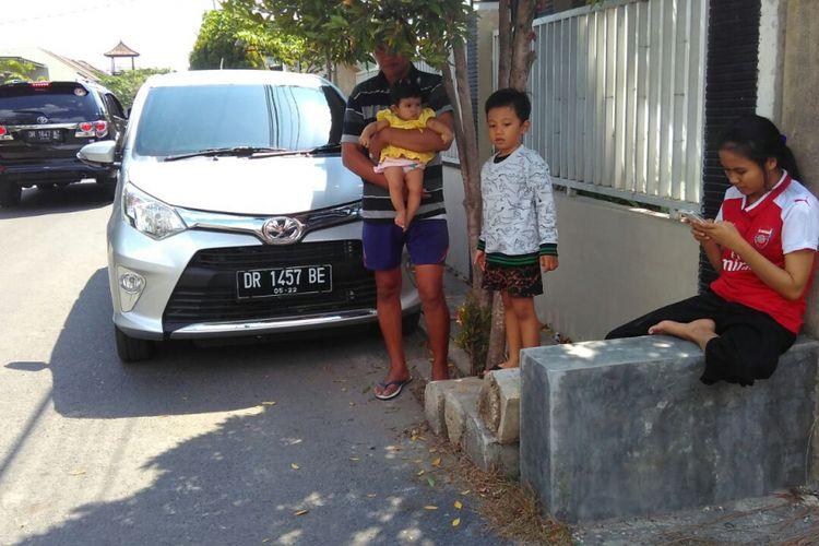 Warga berhamburan ke luar rumah di Kota Mataram, Nusa Tenggara Barat, saat gempa kembali mengguncang Nusa Tenggara Barat, Kamis (9/8/2018). Gempa kali ini bermagnitudo 6.2.