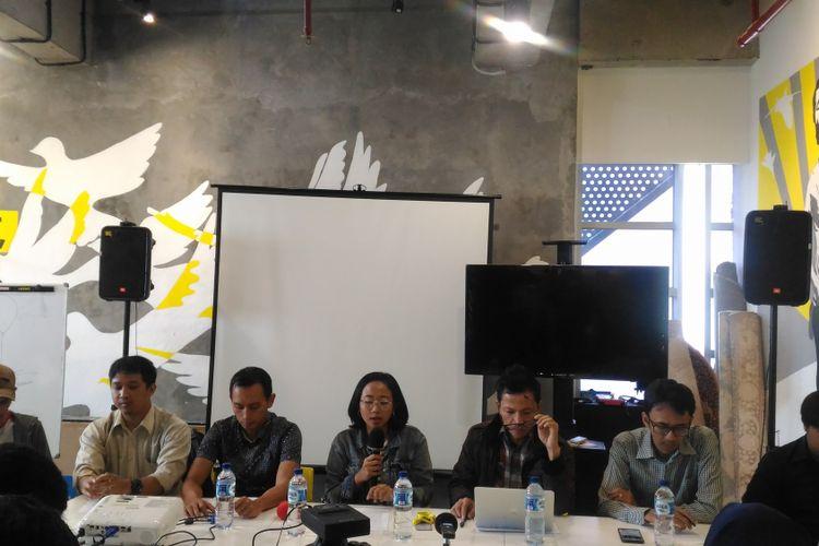(Kiri-kanan) Arif Nur Fikri (KontraS), Ikhsan Yorie (Setara Institute), Al-Araf (Imparsial), Usman Hamid (Amnesty International), Arif Maulana (LBH), dan Rizky Yudha (ILR) yang tergabung dalam koalisi masyarakat sipil di kantor Amnesty International, Jakarta, Senin (17/12/2018).