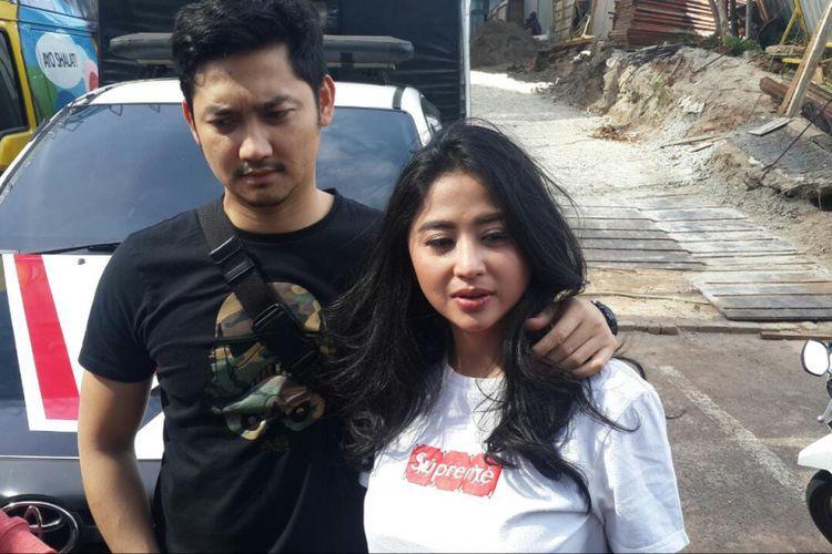 Pedangdut Dewi Perssik didampingi suaminya Angga Wijaya saat ditemui di kawasan Mampang, Jakarta Selatan, Jumat (28/12/2018).