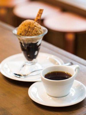 Coffee Parfait dengan jeli kopi dengan fresh cream di atasnya dan diberi Granita coffee seharga 680 yen. Dengan biaya tambahan 350 yen, dapatkan juga paket dengan kopi.