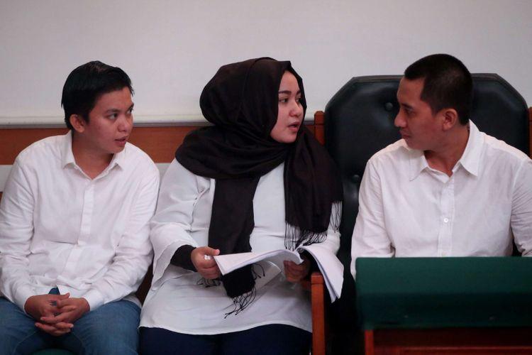 Terdakwa yaitu Direktur Keuangan First Travel Siti Nuraidah Hasibuan (kiri), Direktur First Travel Anniesa Hasibuan (tengah), dan Direktur Utama First Travel Andika Surachman (kanan)  menjalani sidang kasus dugaan penipuan dan penggelapan oleh agen perjalanan umrah First Travel di Pengadilan Negeri Depok, Senin (12/3/2018). Sidang kali ini dengan agenda mendengarkan keterangan saksi dari Jaksa Penuntut Umum.