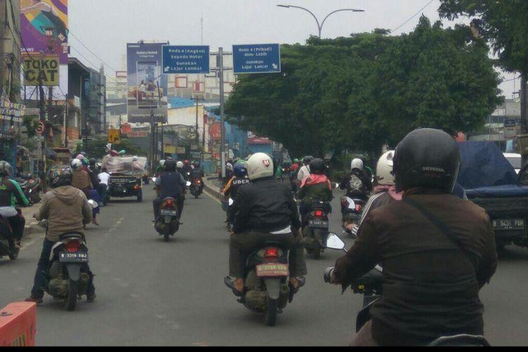 Sepeda motor masih leluasa menggunakan jalur cepat yang diperuntukan kendaraan pribadi roda empat di Jalan Margonda Raya, Depok, Selasa (13/2/2018).