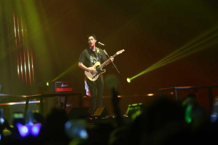 Suasana konser band asal Korea Selatan CNBLUE di Indonesia Convention Exhibition (ICE) BSD, Tangerang, Sabtu (15/7/2017). Band beraliran pop rock ini menggelar konser bertajuk Between Us untuk para penggemarnya yang disebut BOICE.