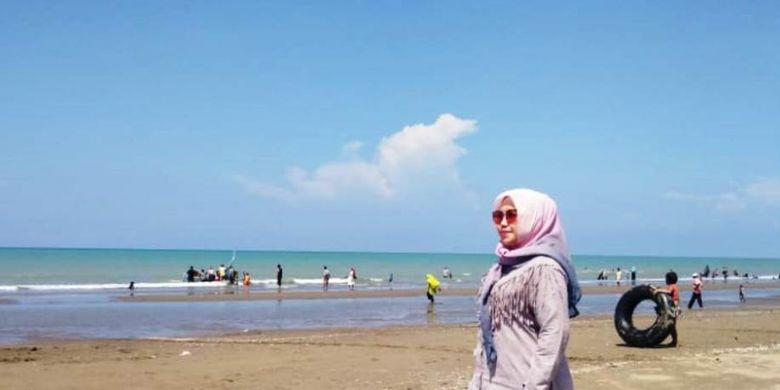 Wisatawan memandang Pantai Bantayan, di Desa Ulee Rubek, Kecamatan Seunuddon, Kabupaten Aceh Utara, Aceh, Minggu (3/2/2019).