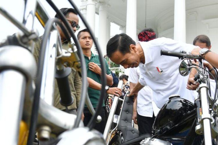 Presiden Indonesia Joko Widodo menjajal motor kustom Chopperland di Istana Bogor saat perayaan Hari Sumpah Pemuda, Sabtu (28/10/2017).