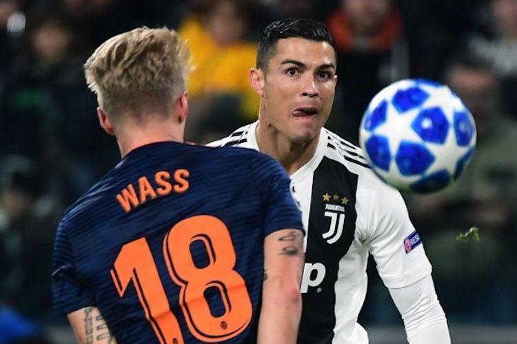 Cristiano Ronaldo mencoba melewati penjagaan Daniel Wass dalam duel Juventus vs Valencia di Stadion Old Trafford pada laga Liga Champions, 27 November 2018.