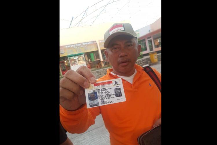 Wali Kota Bekasi Rahmat Effendi tunjukkan SIM B1 miliknya, Kamis (10/1/2019).