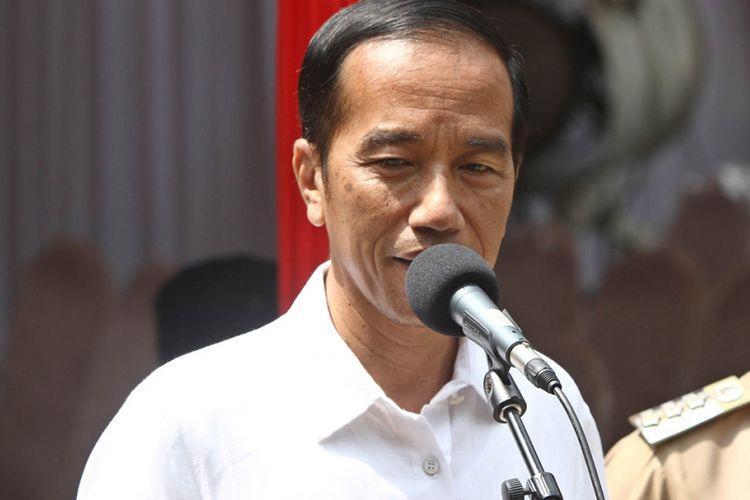 Presiden Jokowi berbicara kepada wartawan usai melakukan pencoblosan pada putaran kedua Pilkada DKI Jakarta di TPS 04 Gambir Jakarta Pusat, Rabu (19/4/2017). Pada kesempatan itu, presiden meyakini Pilkada berjalan aman dan menghasilkan gubernur yang terbaik dan terpercaya untuk Jakarta.