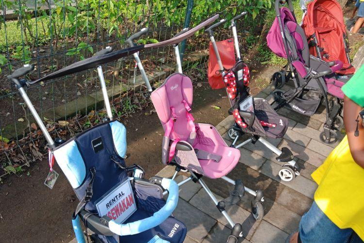 Persewaan stroller untuk balita yang tersedia di Candi Borobudur, Magelang, Jawa Tengah, Sabtu (10/3/2018).