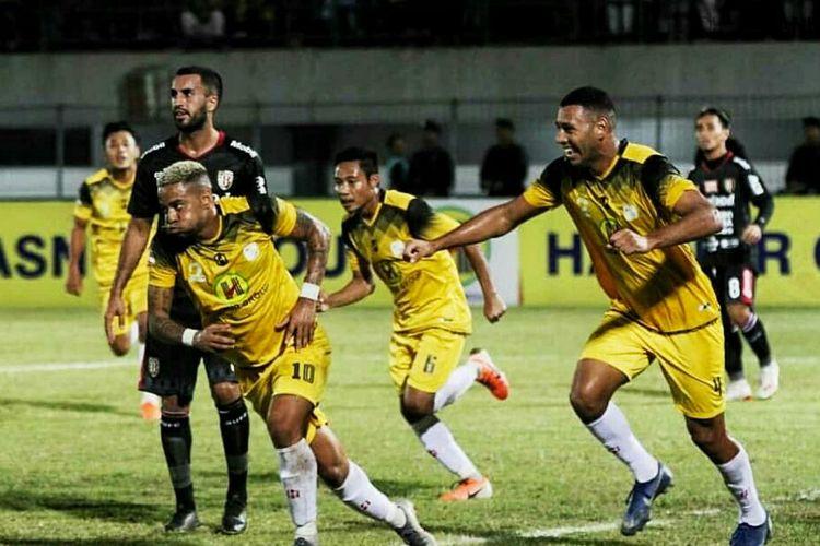 Pemain Barito Putra, Raphael Silva, berlari usai berhasil mencetak gol ke Gawang Bali United.